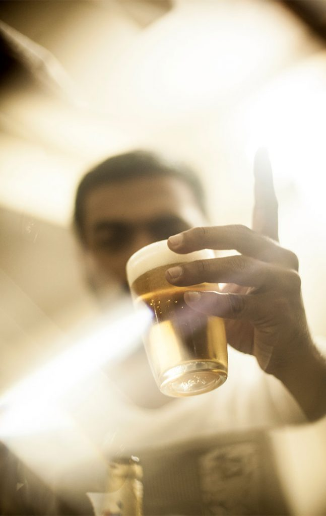IN DER BRAUEREI – Verkostung des Bieres © Till van Loosen